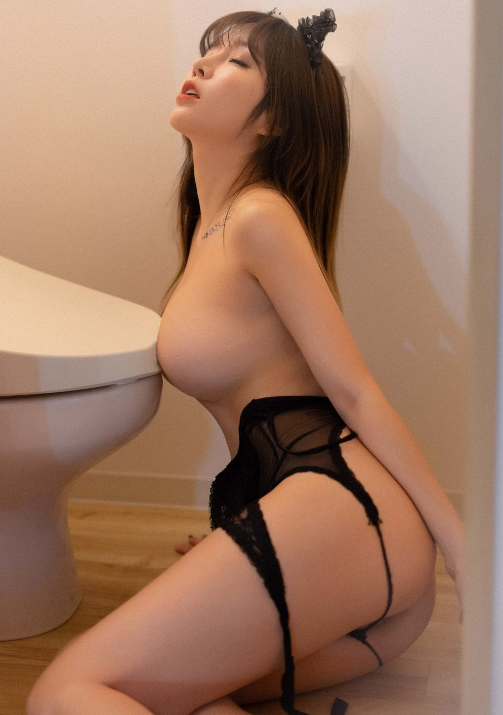 wang yu chun hot girl plays her butt